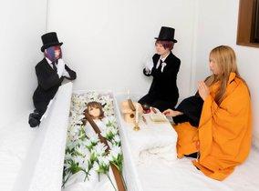 La japonesa LEiyA Arata en un funeral de una muñeca sexual.