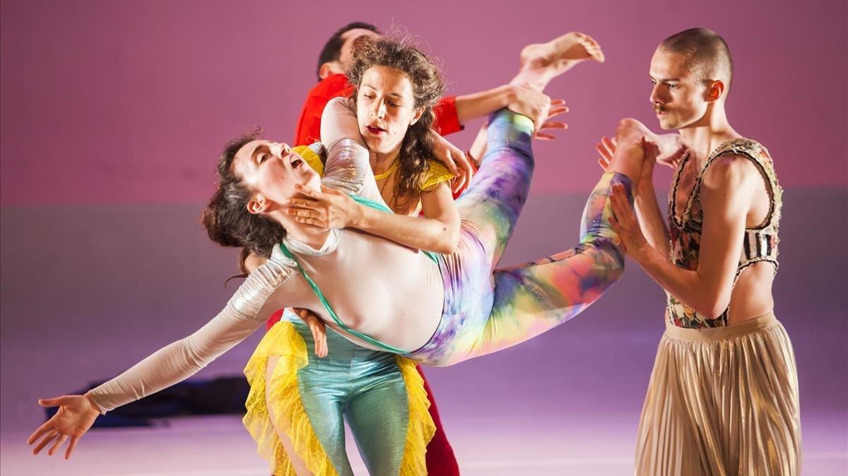 Varios bailarines en un momento de 'Flamingos', lo último de Albert Quesada.