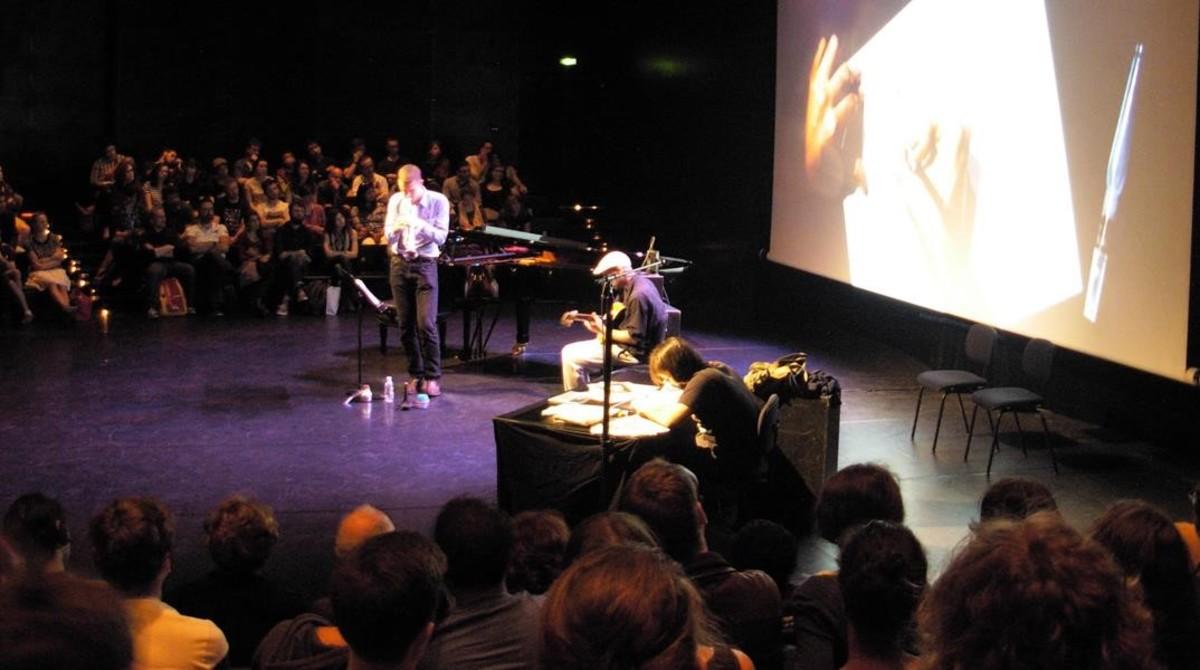 El autor barcelonés Roger Ibáñez, dibujando en directo acompañado de música de jazz en vivo, en la Ópera, el sábado en el Festival de cómic de Lyón, que le ha concedido el premio principal del certamen.