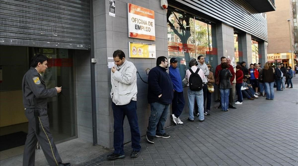 Desempleados ante una oficina del servicio estatal de empleo, en Madrid.