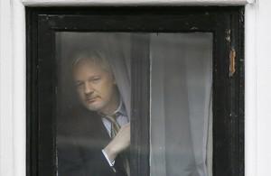 El australiano Julian Assange, desde el interior de la sede de la embajada de Ecuador en Londres.