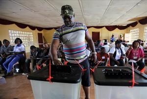 Libèria vota en urnes iguals a les de l'1-O