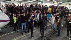 Corte de las vías en la estación de Sants en la jornada de huelga del 8-N.