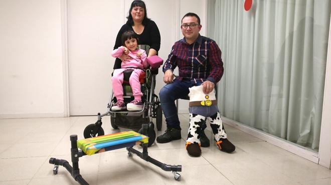 José Manuel le construye aparatos ortopedicos a su hija Rocío con problemas de movilidad