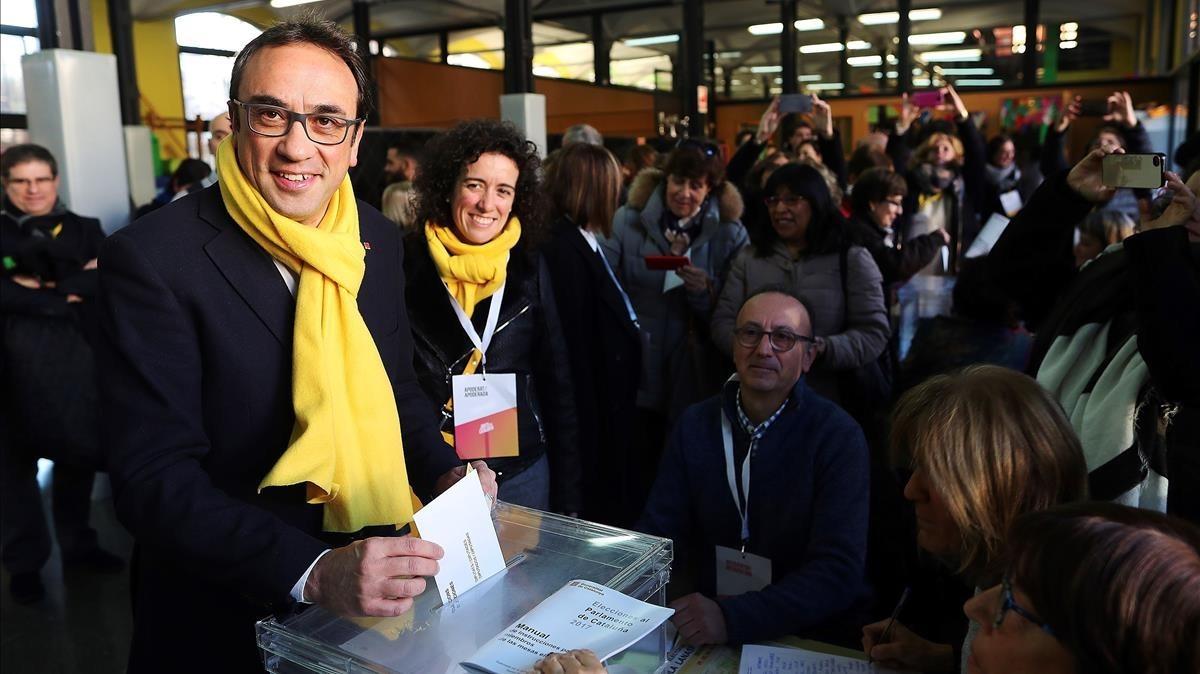 Josep Rull votando con una bufanda amarilla en Terrassa.