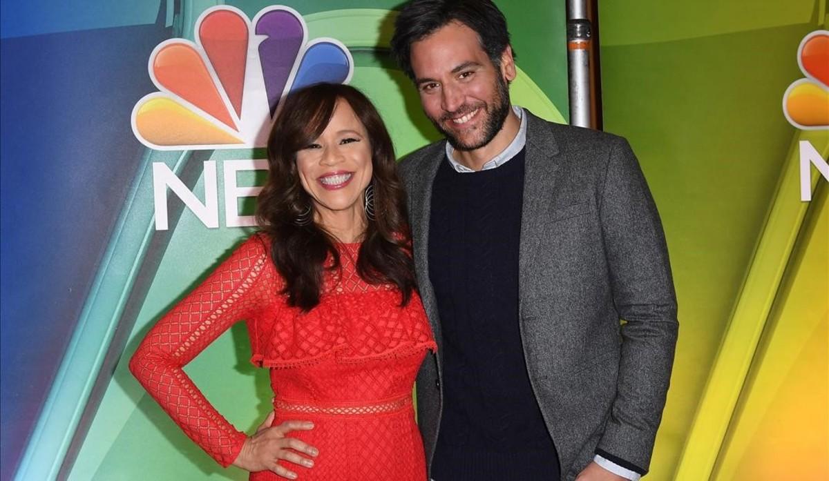 Josh Radnor, junto a Rosie Perez, coprotagonista en la serie Rise.