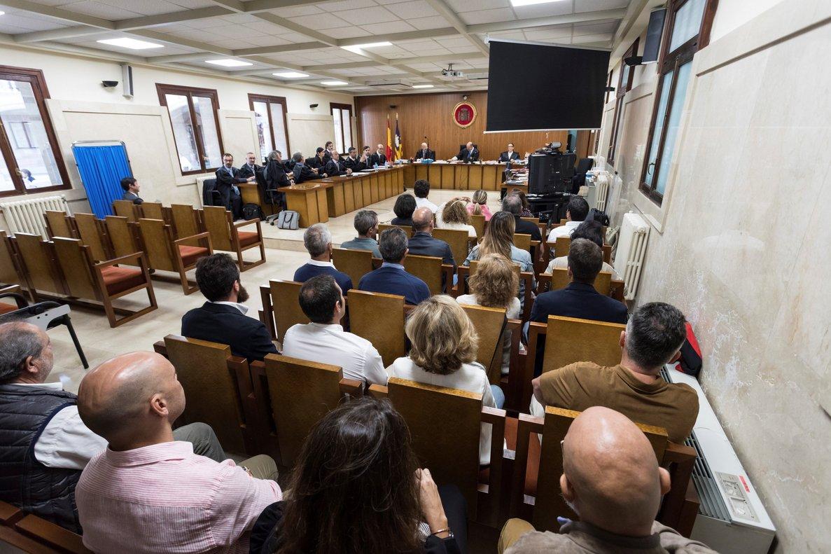 GRAF2155. PALMA, 08/10/2018.- Audiencia Provincial de Palma, Empieza en Palma el juicio a los controladores aéreos de Baleares por la huelga del año 2010. Imagen del banquillo de los acusados. EFE / LLITERES