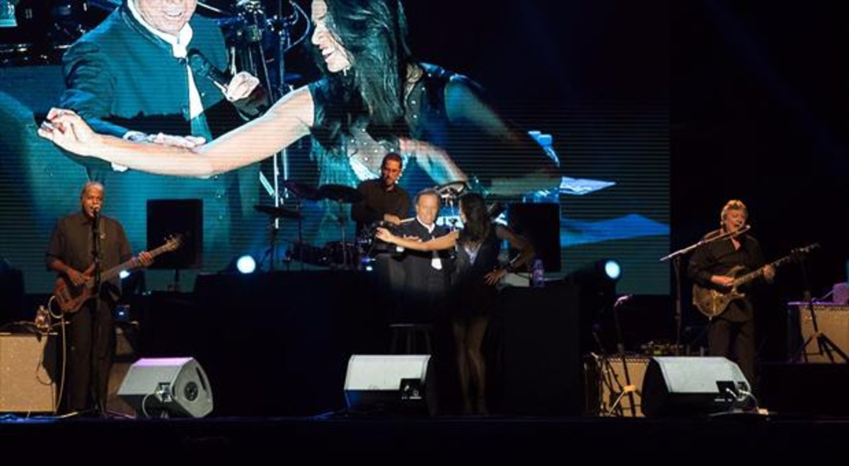 Julio Iglesias, con una bailarina, durante su actuación en el Festival Internacional de Música de Cambrils, el martes.