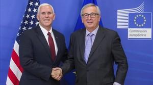 Juncker (derecha) y Mike Pence, vicepresidente de EEUU, en Bruselas, el 20 de febrero.