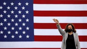Kamala Harris saluda a los asistentes a un mitin en Palm Beach, el pasado 31 de octubre.