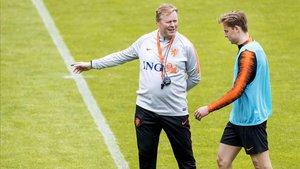 Koeman charla con Frenkie de Jong durante el entrenamiento de la selección holandesa en Zeist.