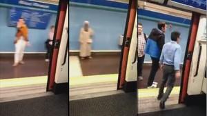 Tres capturas del vídeo en el que se aprecia que un convoy del metro circula con una puerta abierta.