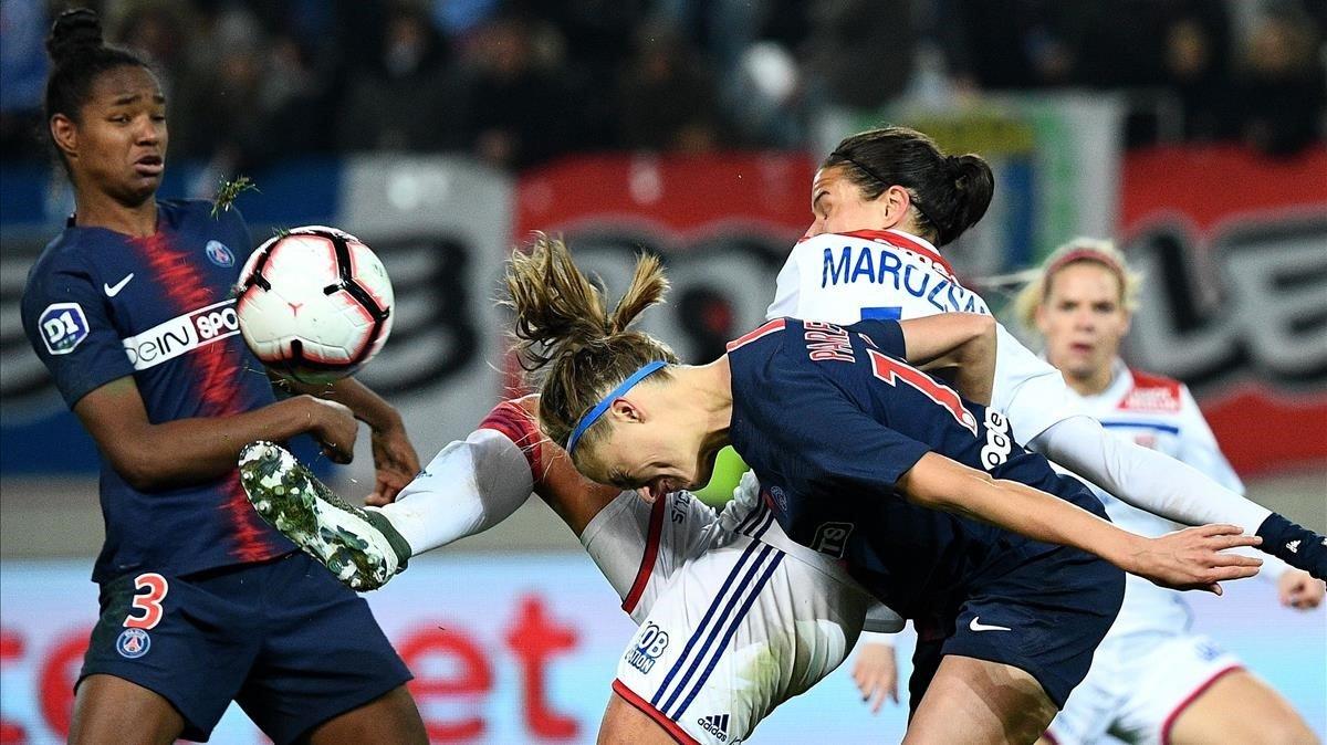 Dos jugadoras del equipo femenino del Paris Saint-Germain luchan por una pelota contra las jugadoras del Lyon, el pasado 18 de noviembre.