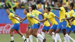 Las jugadoras de la selección brasileña celebran el triunfo ante Jamaica, a finales de junio del año pasado