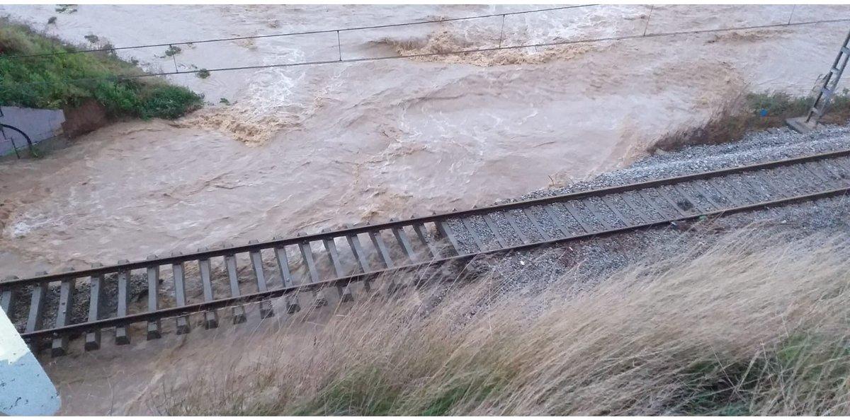 Las vías del tren de Rodalies entre Blanes y Malgrat tras el paso del temporal.