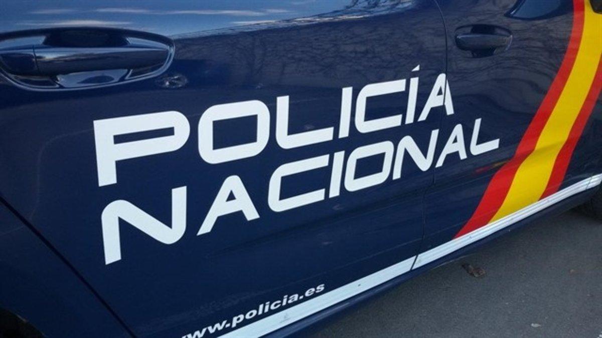 Lateral de un coche de Policía Nacional