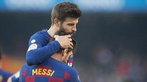 Messi recibe la felicitación de Piqué tras uno de los goles que anotó en el Barça-Eibar.