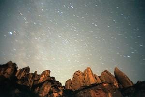 Lluvia de estrellas sobre Montserrat en una imagen de archivo.
