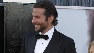 El actor Bradley Cooper, de esmóquin.