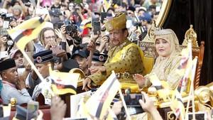 El sultan Hassanal Bolkiah saluda a sus ciudadanos acompanado por su primera esposa,Pengiran Anak Saleha.