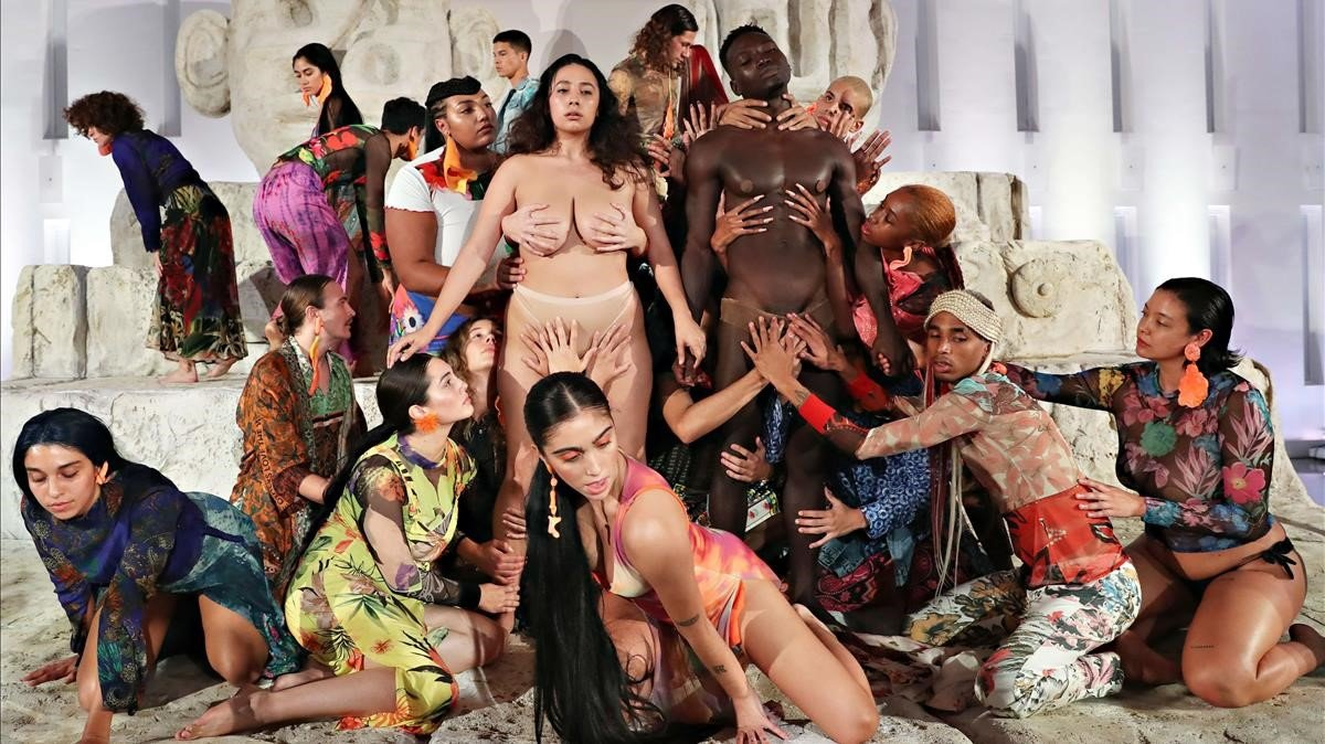 Lourdes León participa en una 'orgia' publicitària
