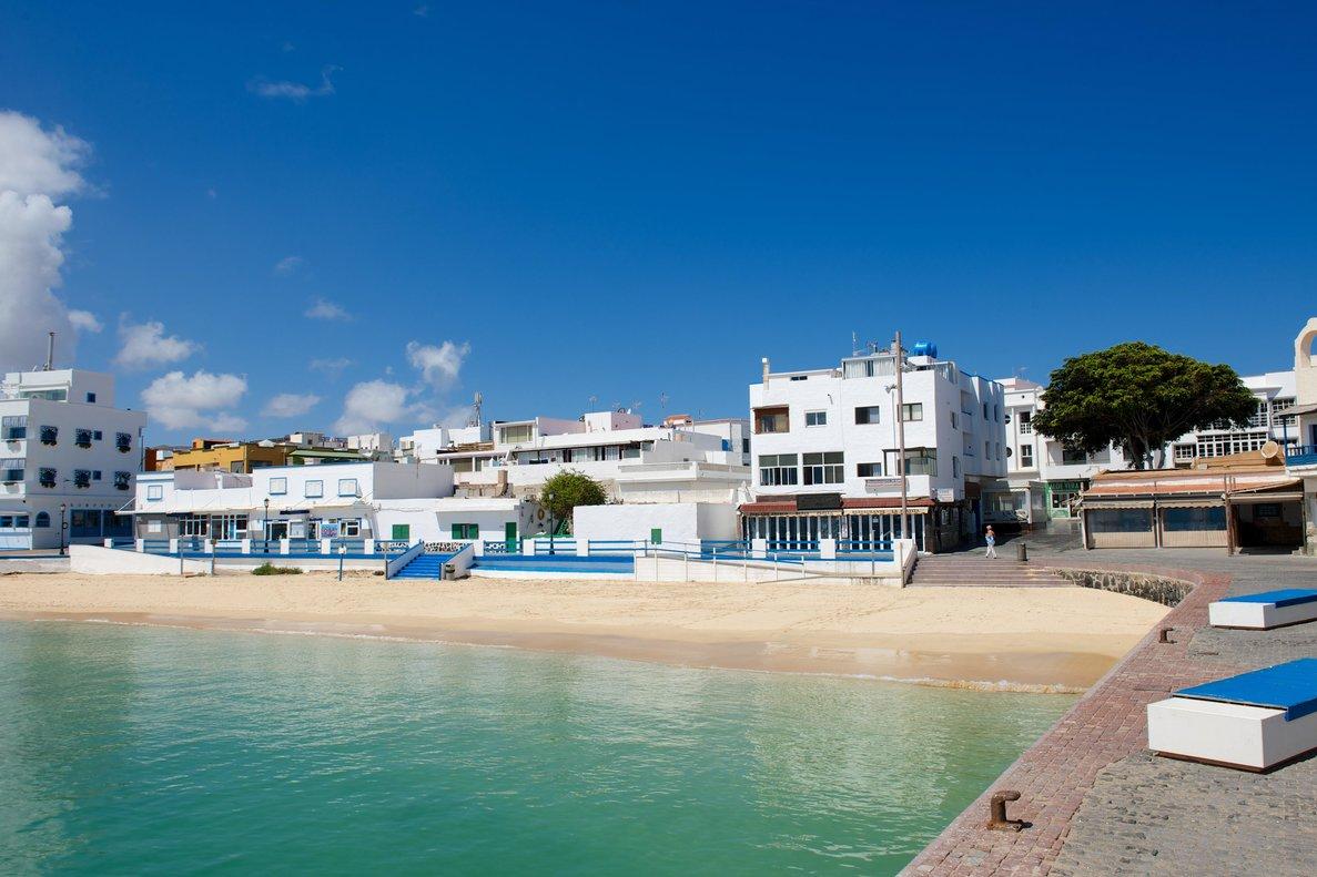 La localidad turística de Corralejo, en Fuerteventura, desierta.