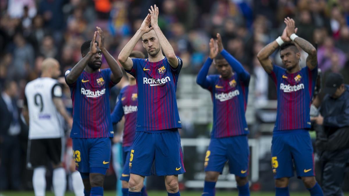 Los jugadores del Barça celebran con el público el triunfo ante el Valencia.