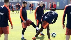 Los jugadores del Barça hacen un rondo en el entrenamiento de este domingo.