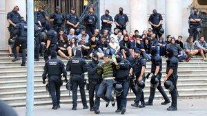 Los Mossos desalojan a unas sesenta personas de los CDR que protestaban ante las puertas del TSJC.