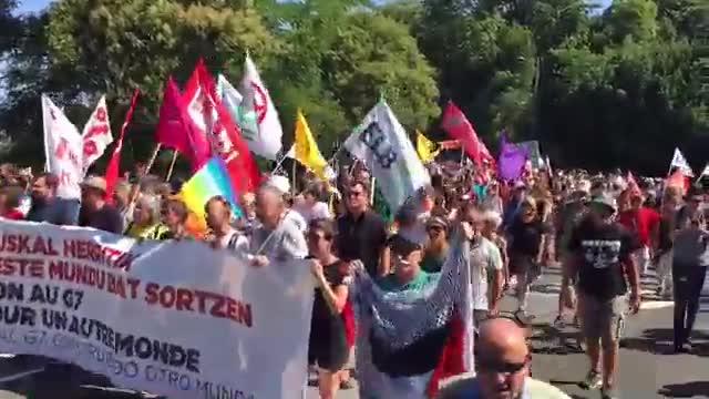 Els opositors al G-7 es manifesten en calma entre Hendaia i Irun