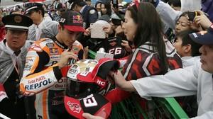 Marc Márquez firma autógrafos a decenas de fans japoneses en Motegi (Japón).