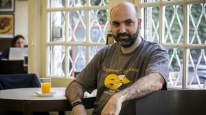 Marc Pastor, con una camiseta en la que aparece el logotipo de la misteriosa empresa rusa que se esconde tras un resort en Oceanía.