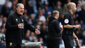 Marcelo Bielsa chilla a sus jugadores durante el Leeds-Aston Villa.