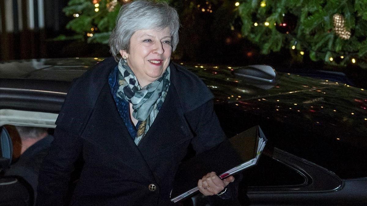 May, a su llegada a Downing Street tras superar la moción de confianza en el Parlamento británico, este miércoles.