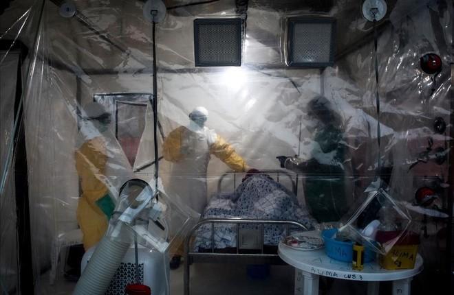 Médicos visitan a un paciente, afectado por ébola, en la ciudad de Beni, en la República Democrática del Congo.