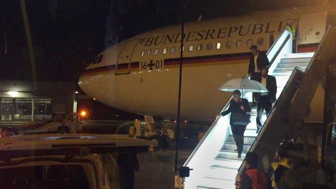 Merkel, forzada a retrasar su viaje a Buenos Aires para el G-20 por un problema técnico en su avión. En la imagen, la cancillera bajando de su avión en el aeropuerto de Colonia, donde tuvo que hacer un aterrizaje de emergencia.