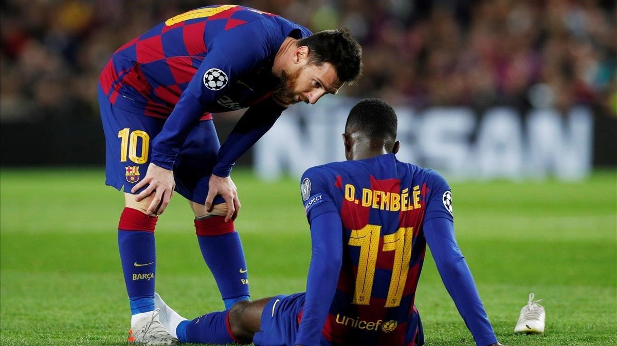Messi intenta consolar a Dembélé tras su lesión frente al Dortmund en el Camp Nou.