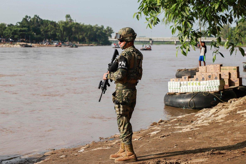 Un miembro de la Policía Naval de México en la frontera con Guatemala.
