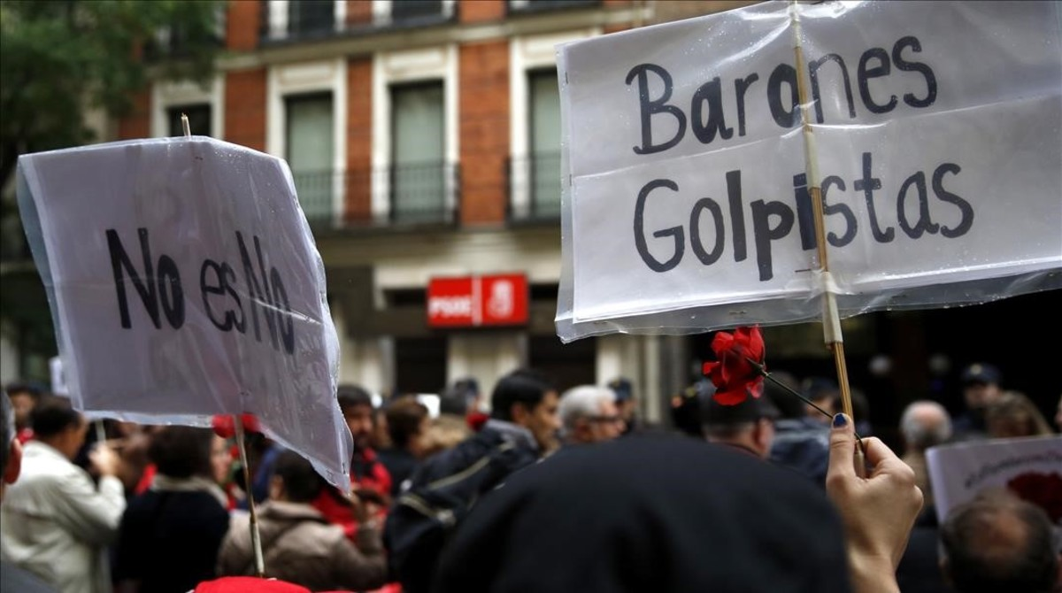 Militantes del PSOE se han concentrado este sábadoante la sede del partido, en la calle Ferraz de Madrid, en contra de la abstención.