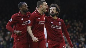 Milner, felicitado por sus compañeros del Liverpool tras marcar de penalti.