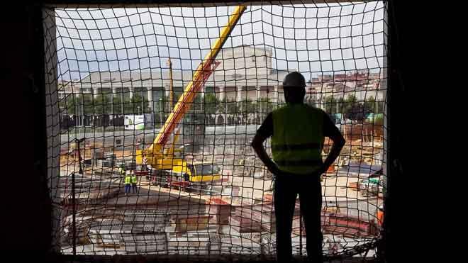 La mitad de accidentes laborales pasan en las tres primeras horas de trabajo. Así lo explica el director territorial del área centro de Asepeyo, Constantino Perea. En la foto, un trabajador en una obra en la plaza de las Glòries, en Barcelona.