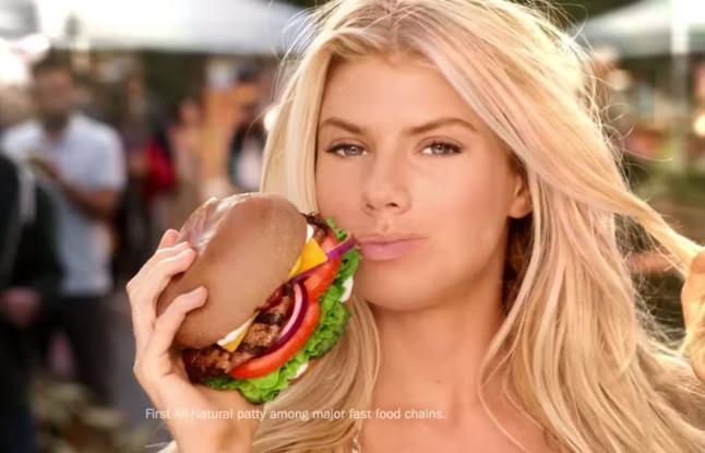La model Charlotte McKinney en un anunci de la Super Bowl.