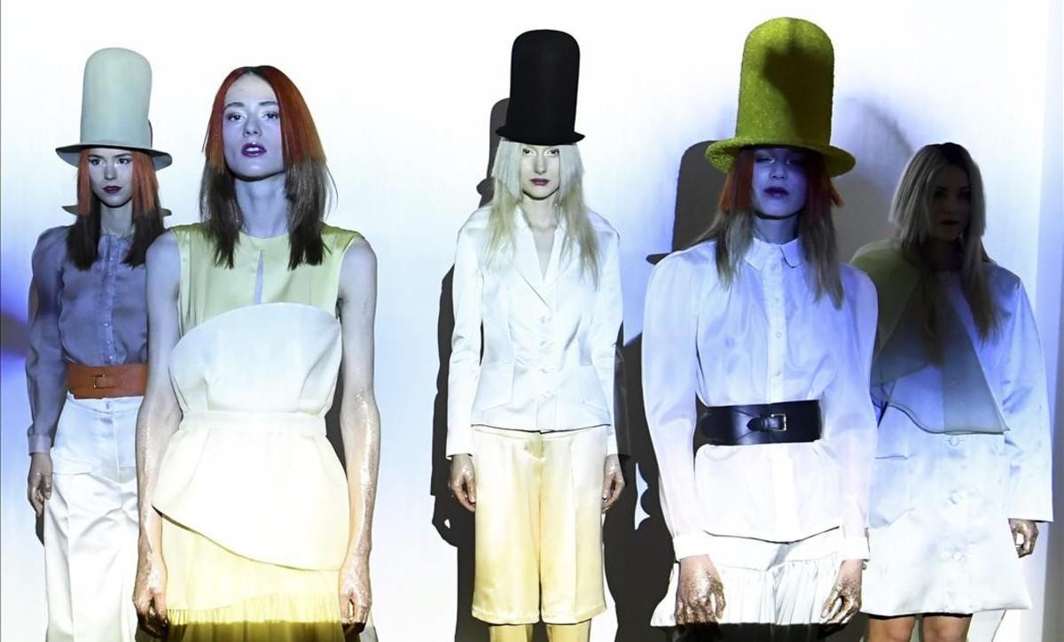 Models presenten creacions per a Xuan durant la col·lecció d'alta costura primavera-estiu 2017 a París.