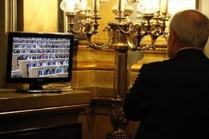 Montilla sigue la votación del pleno del Senado desde el salón de los pasos perdidos de la Cámara alta, ayer.