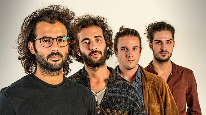 El grupo Barbott, en formato reducido y en acústico, interpreta 'Curves'.