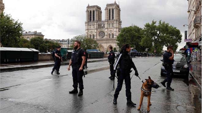 Notre Dame: Un policía abate de dos disparos al hombre que ha agredido a su compañero con un martillo.