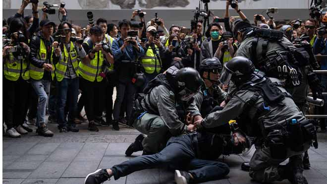 Nuevas protestas en Hong Kong se saldan con 18 hospitalizados y 250 detenidos.