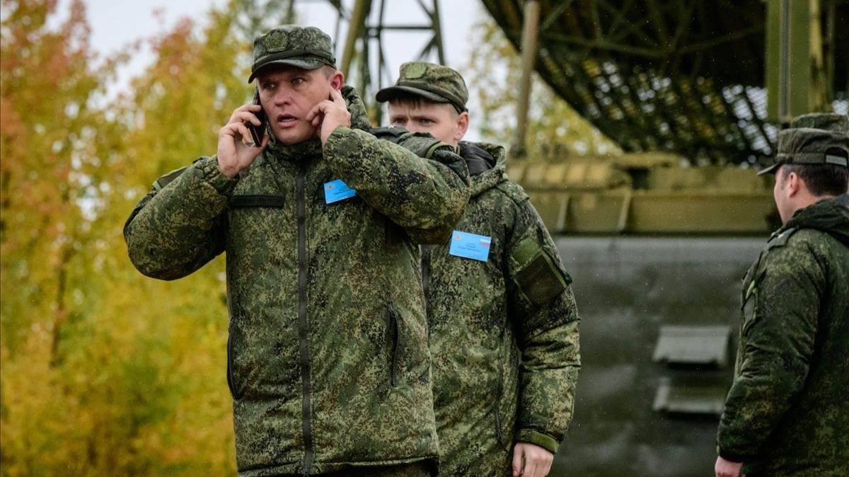 Un oficial del ejército ruso durante unos simulacros militares en el campo de entrenamiento Telemba.