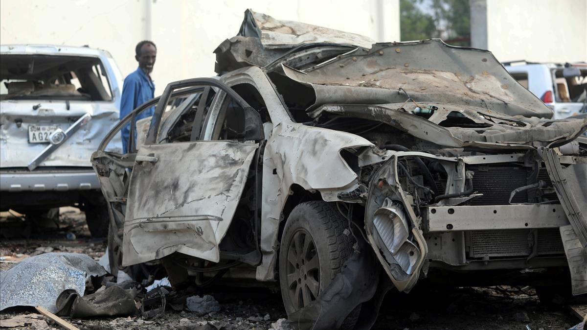Un oficial de seguridad del hotel Doorbin evalúa los restos tras la explosión de un coche, en Mogadiscio.