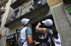 Dos de los visualizadores encargados de detectarpisos turísticos ilegales en Barcelona.